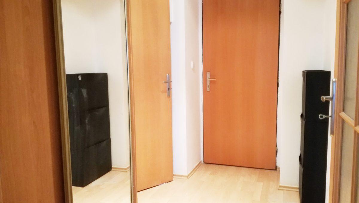Bernolakovo-12-Obilna-ulica-mensi-2-izbovy-byt-na-prenajom-pohlad-na-vstupnu-chodbu-a-vchodove-dvere