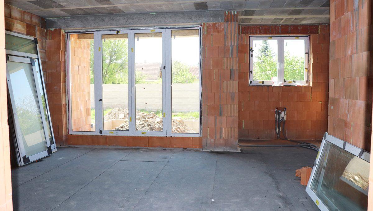 Bernolakovo 13 Konfido 5 izbovy rodinny dom na predaj pohlad od vstupu do izby na cast obyvacej izby s kuchynou a vstupom na terasu s pozemkom za domom