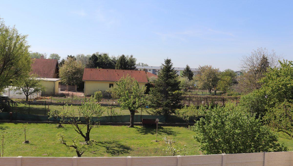 Bernolakovo 18 Konfido 5 izbovy rodinny dom na predaj pohlad z prveho podlazia domu smerom na vlastnu zahradu a zahrady susednych pozemkov