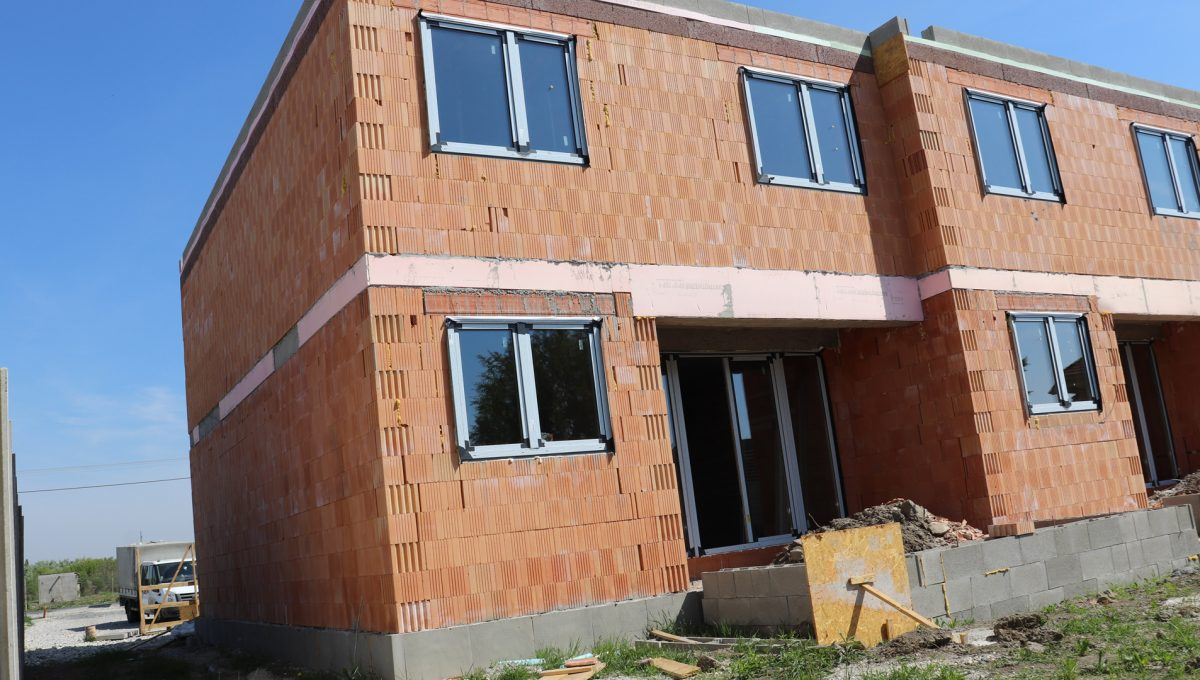 Bernolakovo 20 Konfido 5 izbovy rodinny dom na predaj pohlad na fasadu domu F s pripravovanou terasou na zahrade