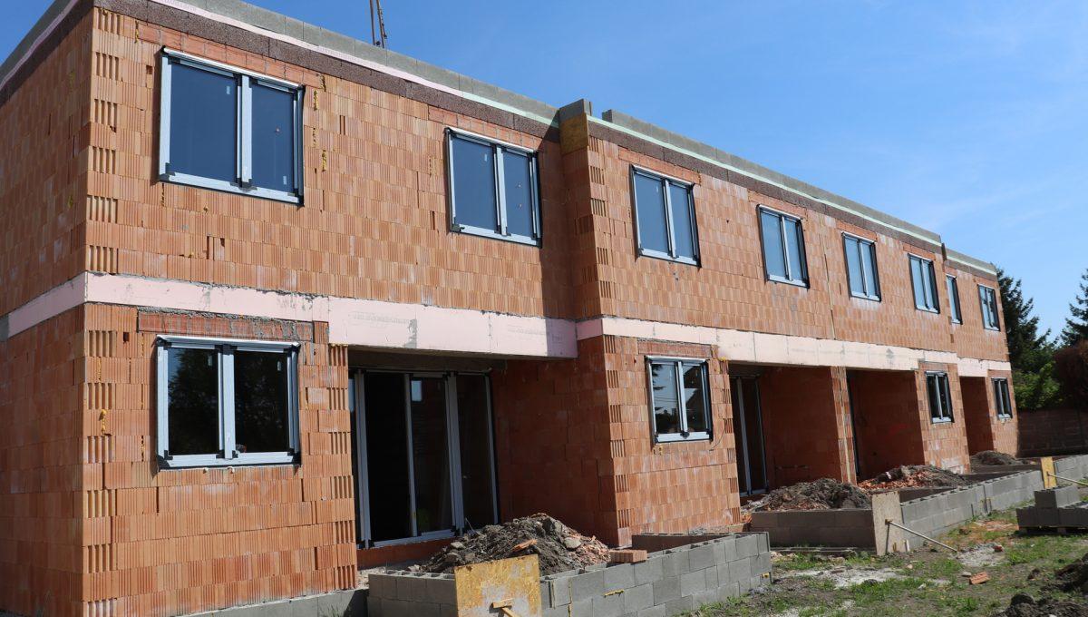 Bernolakovo 21 Konfido 5 izbovy rodinny dom na predaj pohlad na fasadu celej stavby s terasami v zahradach
