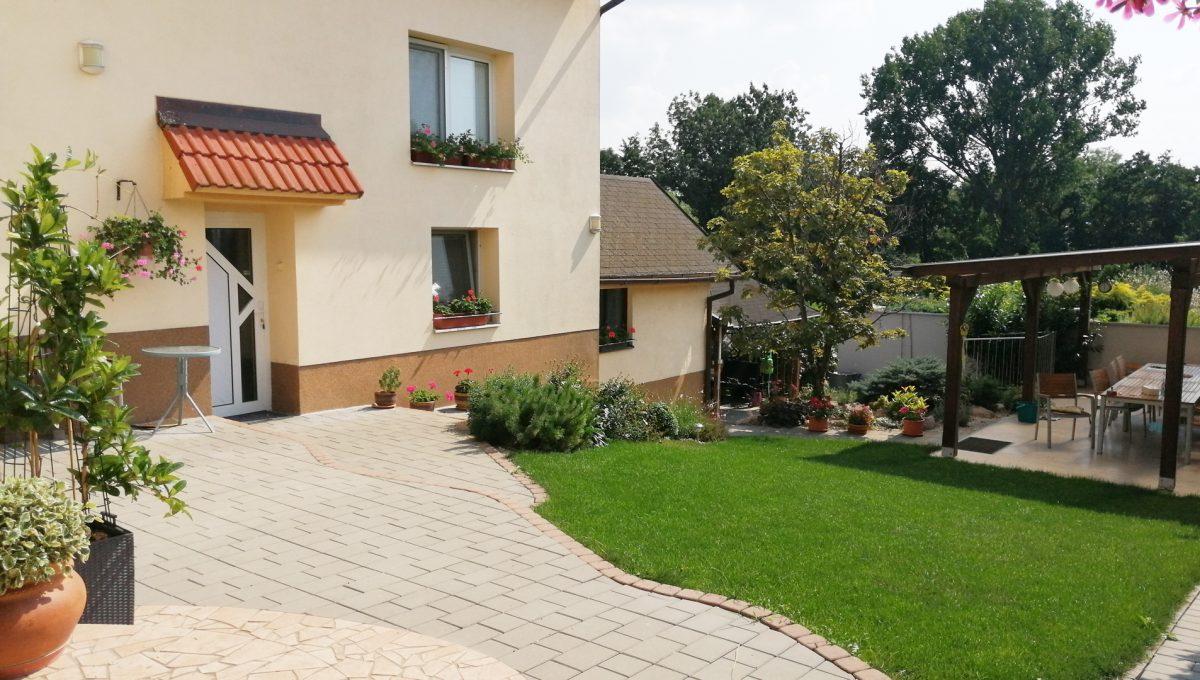 Blatne 01 Senec velky rodinny dom velky pozemok pohlad na cast pozemku za domom a na cast krytej velmi peknej terasy
