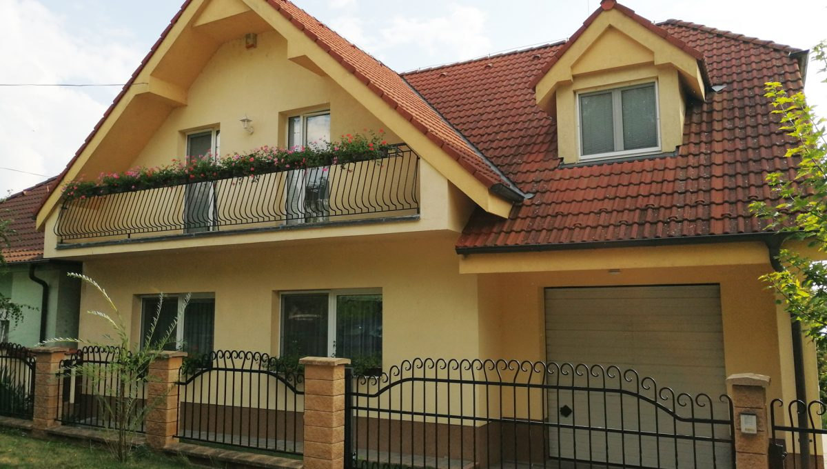 Blatne 03 Senec velky rodinny dom velky pozemok pohlad na garaz pre dve auta a dom zo strany ulice