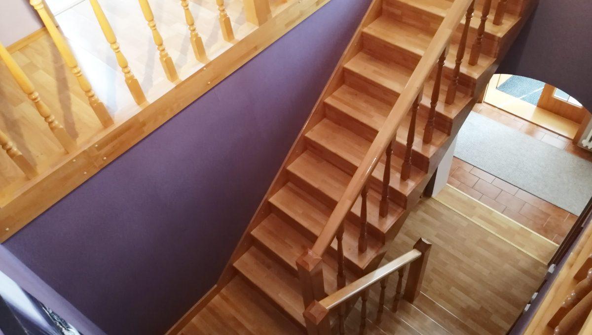 Blatne 19 Senec velky rodinny dom velky pozemok pohlad na priestranne betonove schodisko s drevom
