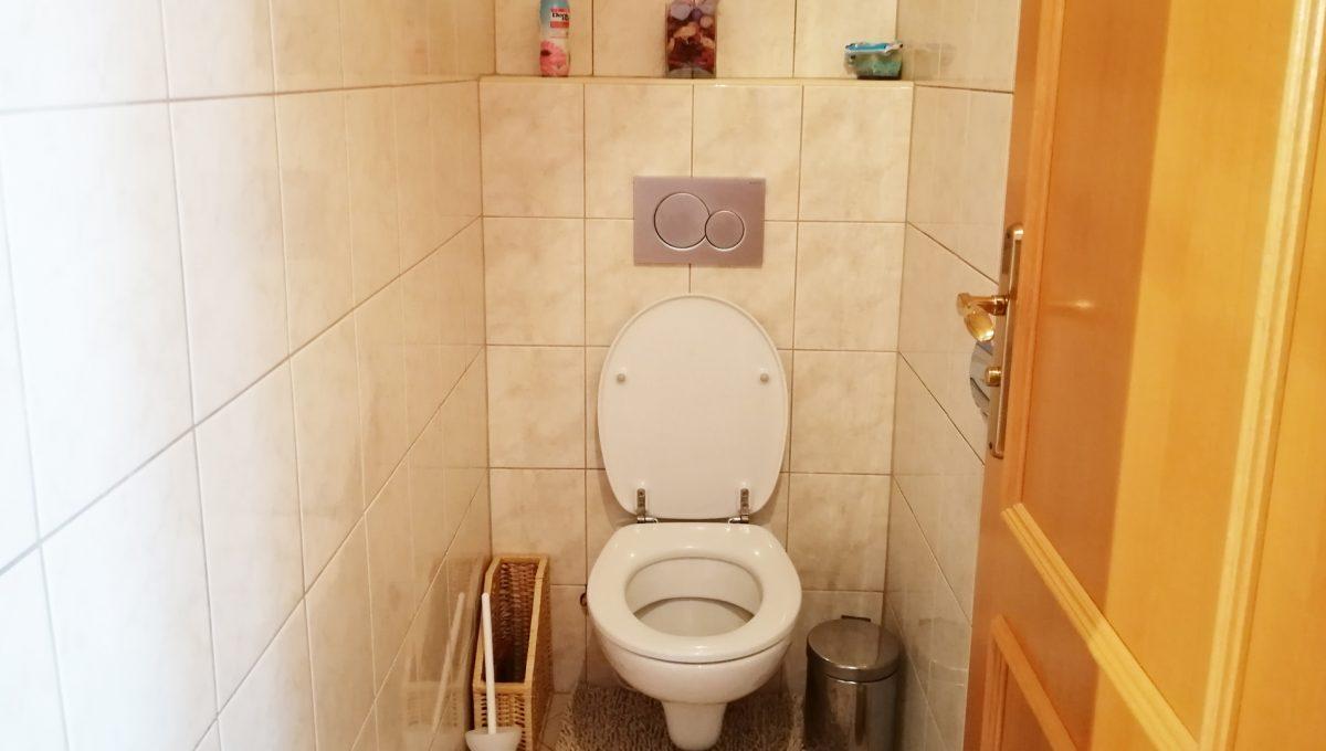 Blatne 27 Senec velky rodinny dom velky pozemok pohlad na samostatnu toaletu na poschodi