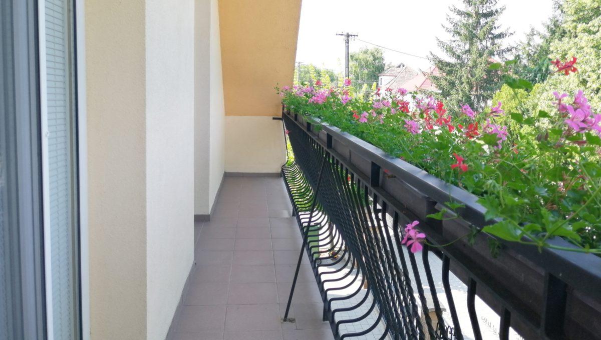 Blatne 30 Senec velky rodinny dom velky pozemok pohlad na spolocny balkon dvoch izieb