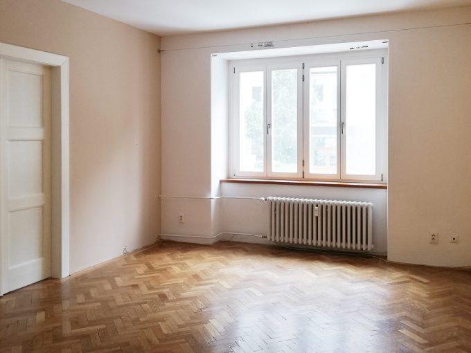 Bratislava-01-Povraznicka-3izbovy-byt-na-prenajom-ako-kancelaria-stare-mesto-prechodna-izba-s-peknymi-zachovalymi-parketami-s-oknom-do-ulice-pohlad-z-chodby