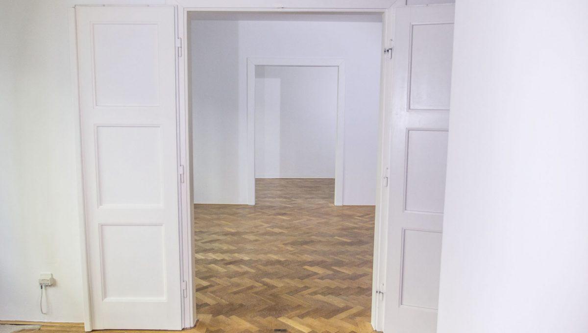 Bratislava 01 Stare Mesto pekny 4 izbovy byt na prenajom pohlad na vymalovane izby bytu s povodnymi parketami