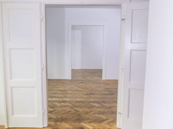 Bratislava-Stare Mesto velky 3 izbovy byt na prenajom, kancelária v centre mesta, pohlad na vymalovane izby bytu s povodnymi parketami