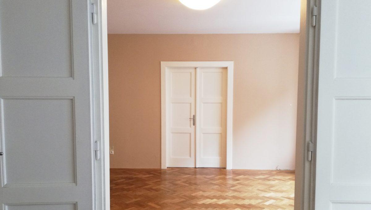 Bratislava-02-Povraznicka-3izbovy-byt-na-prenajom-ako-kancelaria-stare-mesto-pohlad-z-izby-do-dalsej-centralnej-izby-drevene-dvere-a-zarubne
