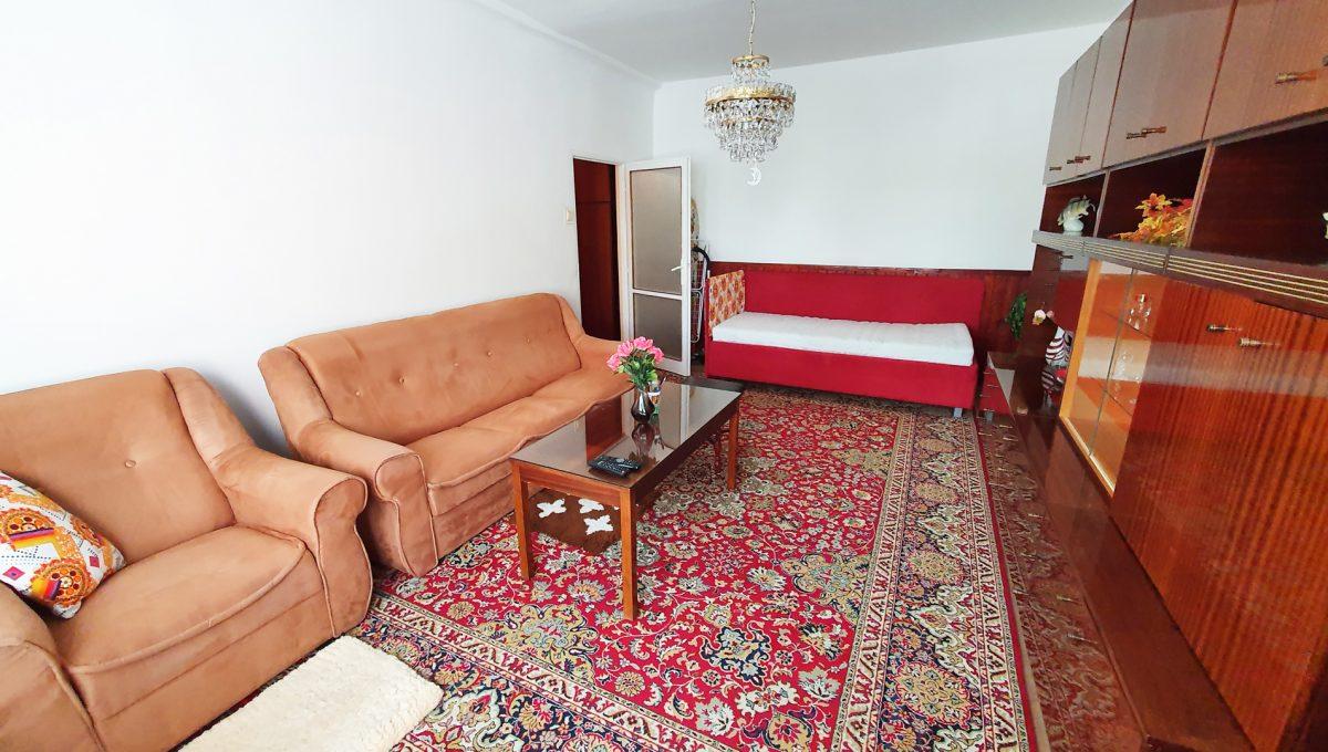 Bratislava 02 Ruzinov Jadrova 1 izbovy byt na prenajom pohlad od okna na zariadenu obyvaciu izbu so sedackou postelou a nabytkom