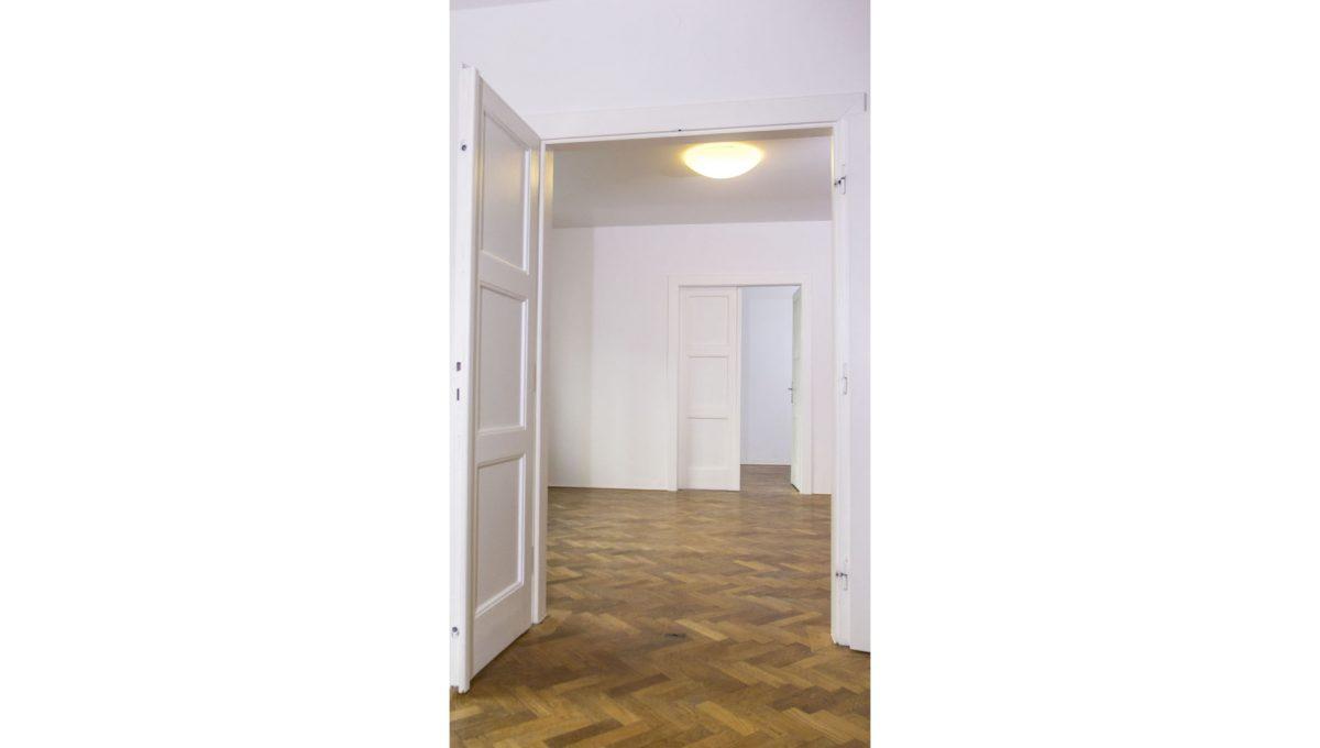 Bratislava 02 Stare Mesto velky 3 izbovy byt na prenajom pohlad na vymalovane izby bytu s povodnymi parketami