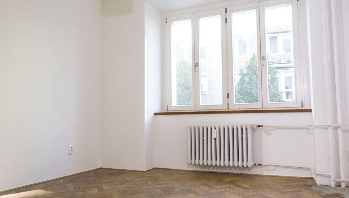Bratislava 03 Stare Mesto pekny 4 izbovy byt na prenajom pohlad na izbu s povodnymi parketami a satnikom