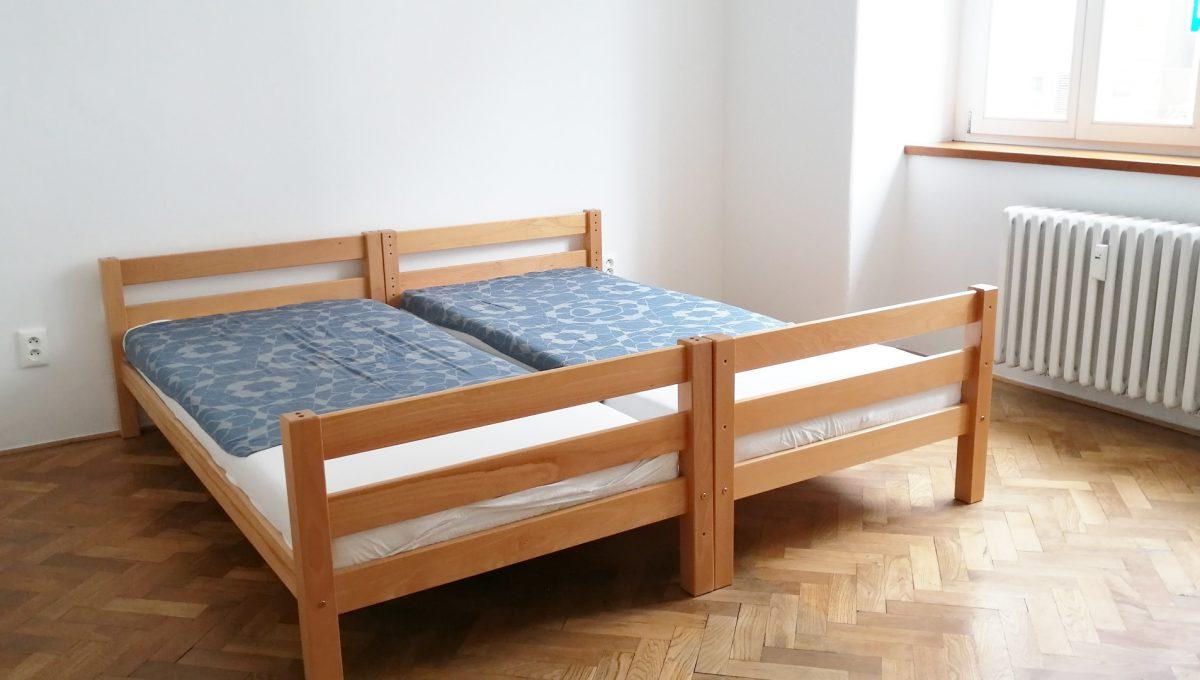 Bratislava 03x Stare Mesto pekny 4 izbovy byt na prenajom pohlad na izbu s povodnymi parketami a satnikom a dvomi postelami