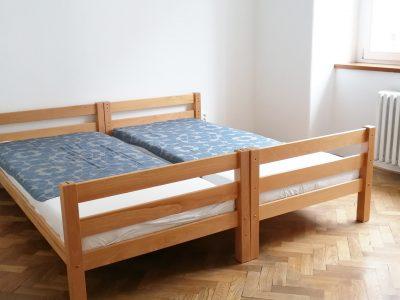 Bratislava-03x-Stare-Mesto-pekny-4-izbovy-byt-na-prenajom-pohlad-na-izbu-s-povodnymi-parketami-a-satnikom-a-dvomi-postelami