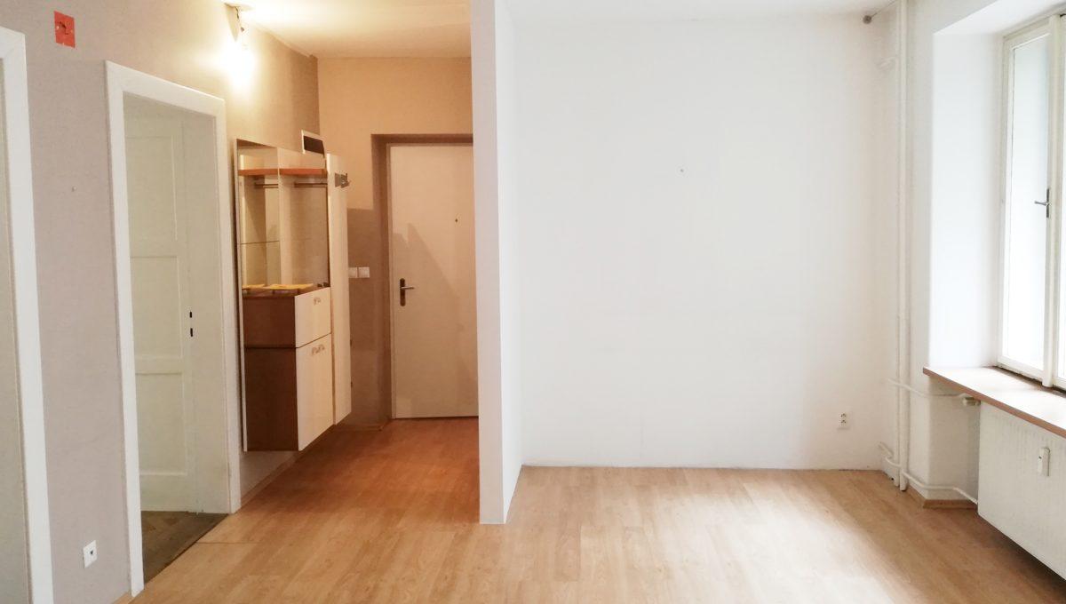Bratislava-04-Povraznicka-3izbovy-byt-na-prenajom-ako-kancelaria-stare-mesto-jedalen-so-vstupmi-do-izieb-a-vstypnymi-dverami-pohlad-z-kuchyne