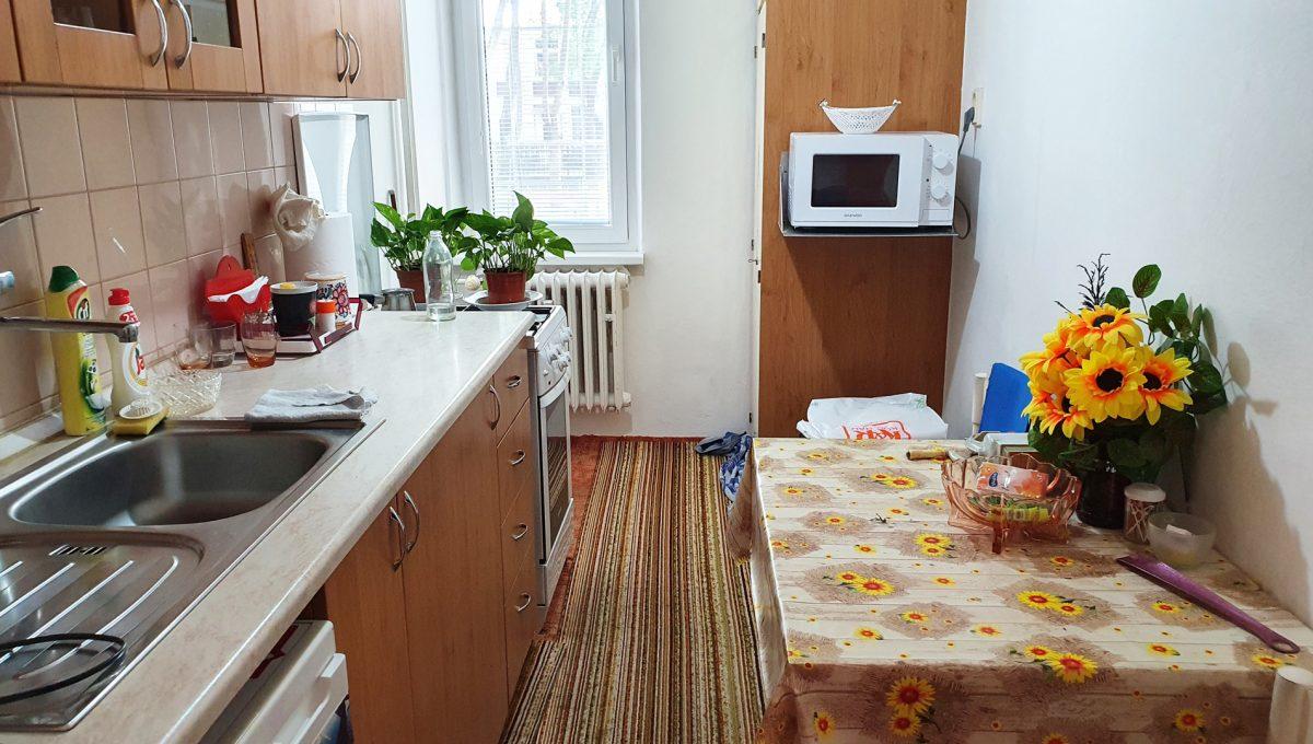 Bratislava 04 Ruzinov Jadrova 1 izbovy byt na prenajom pohlad od dveri na kuchynu s kuchynskou linkou spotrebicmi a zariadenim