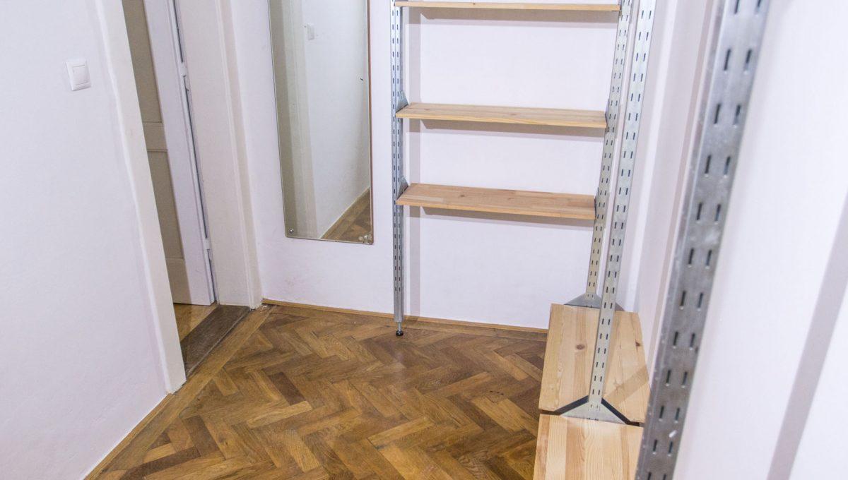 Bratislava 04 Stare Mesto pekny 4 izbovy byt na prenajom pohlad na satnik v izbe s povodnymi parketami a vstup do kupelne