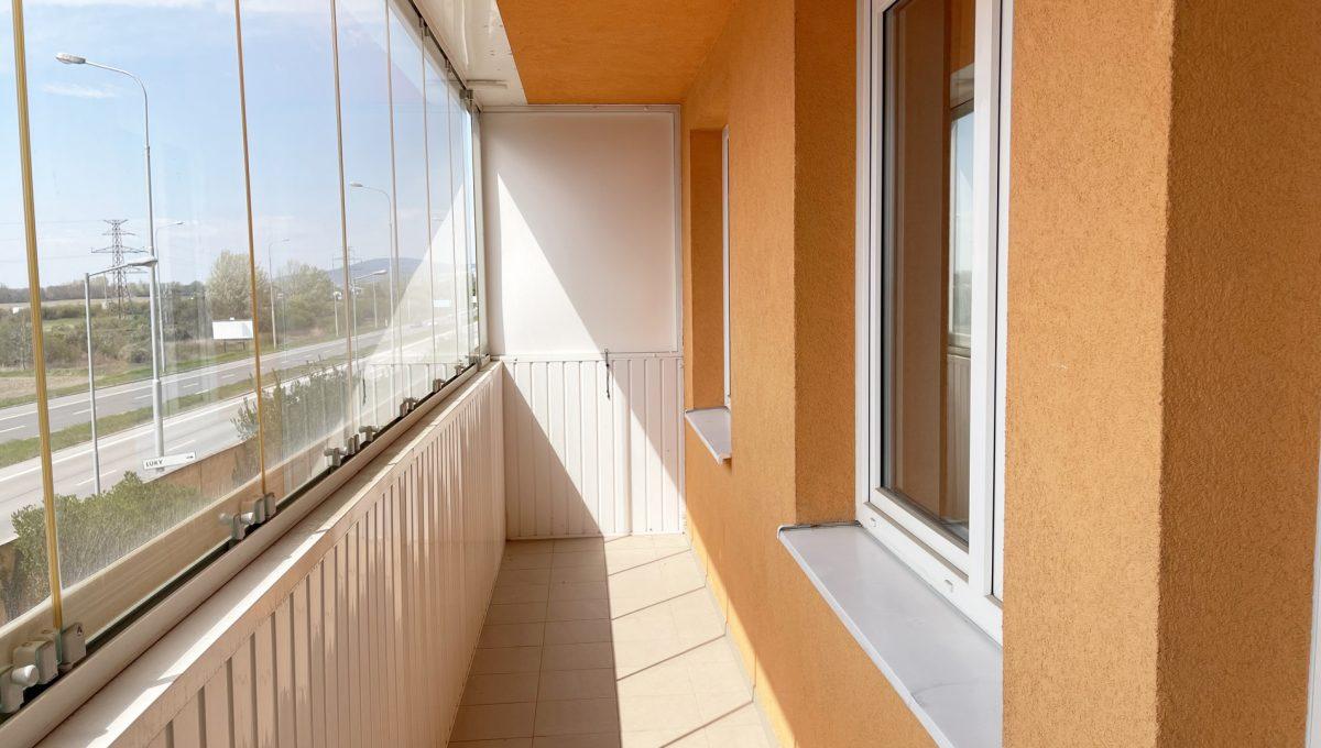 Bratislava Petrzalka Vysehradska Konfido 2 izbovy byt na predaj pohlad na zasklenu lodziu bytu od vstupu do obyvacej izby