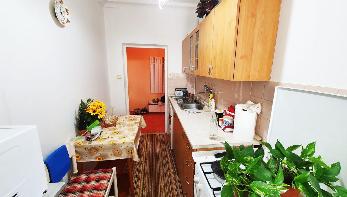 Bratislava 05 Ruzinov Jadrova 1 izbovy byt na prenajom pohlad od okna na kuchynu zariadenu spotrebicmi a kuchynskou linkou