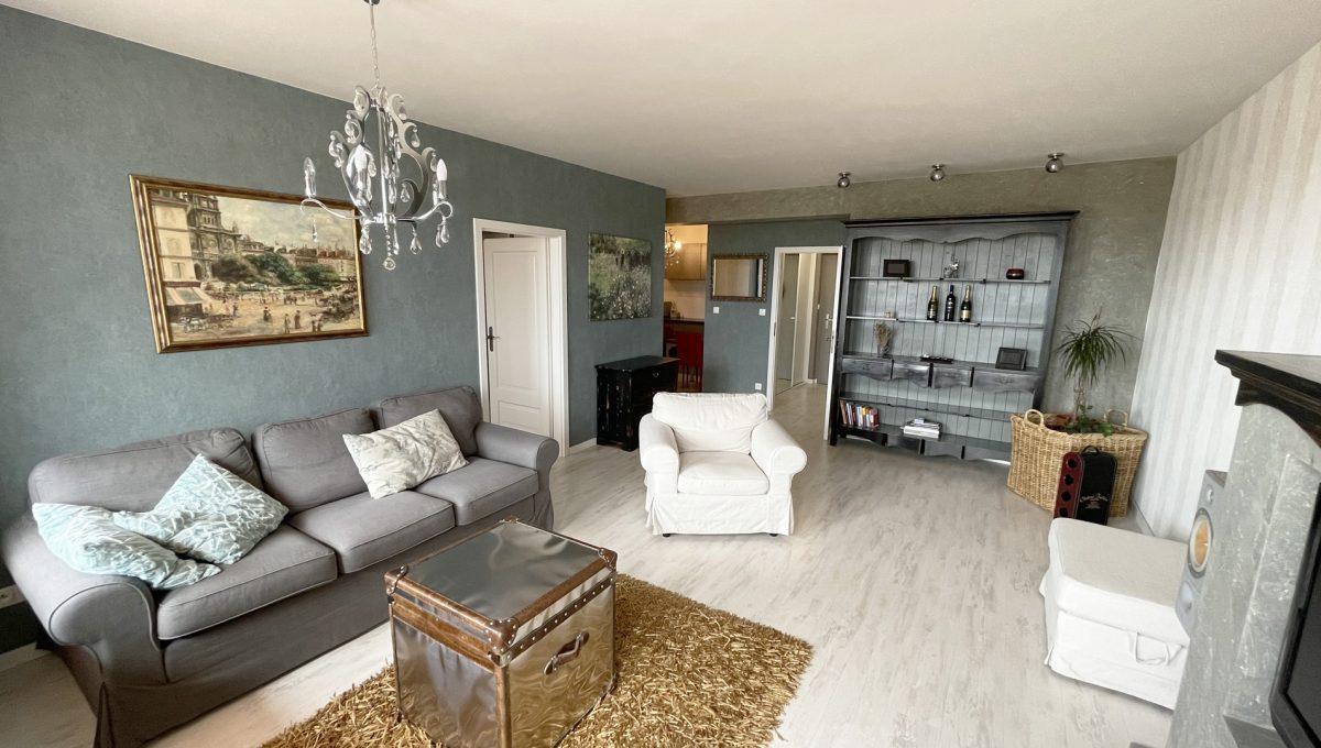 Bratislava Petrzalka Vysehradska Konfido 2 izbovy byt na predaj pohlad na zariadenu obyvaciu izbu od vstupu z lodzie