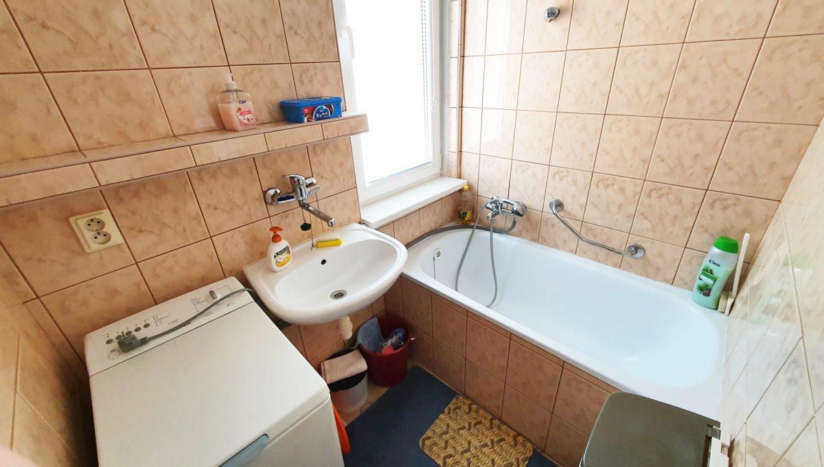 Bratislava 06 Ruzinov Jadrova 1 izbovy byt na prenajom pohlad od dveri na kupelnu s oknom vanou a prackou