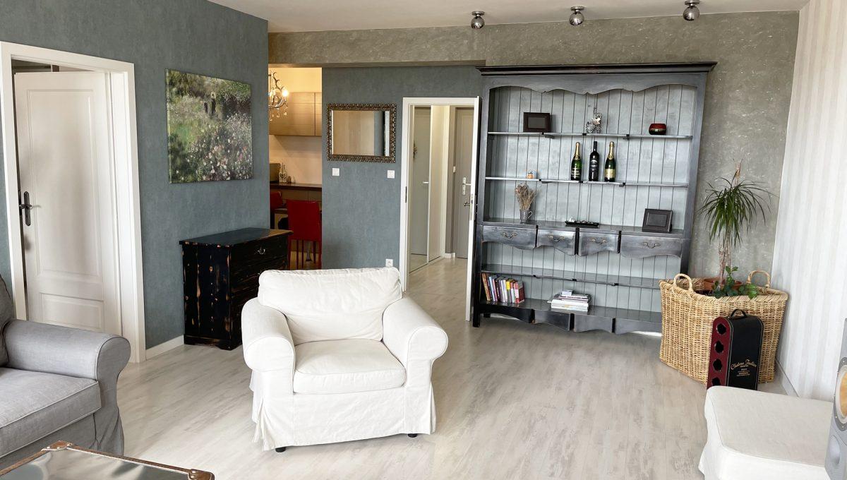 Bratislava Petrzalka Vysehradska Konfido 2 izbovy byt na predaj pohlad na zariadenu obyvaciu izbu vstup do spalne do kuchyne na chodbu od vstupu z lodzie