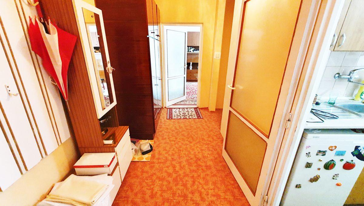 Bratislava 08 Ruzinov Jadrova 1 izbovy byt na prenajom pohlad od vstupnych dveri na chodbu a dvere do izby a kuchyne