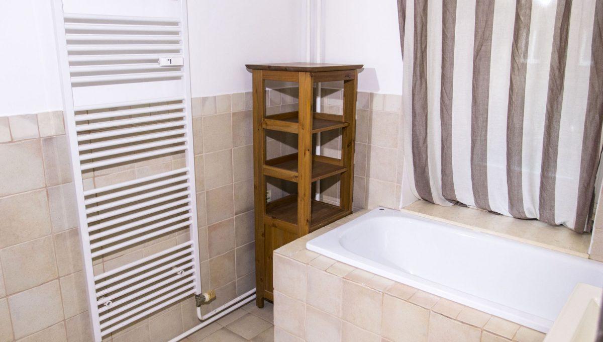Bratislava 08 Stare Mesto velky 3 izbovy byt na prenajom pohlad na vanu v kupelni sucastou je aj sprchovy kut