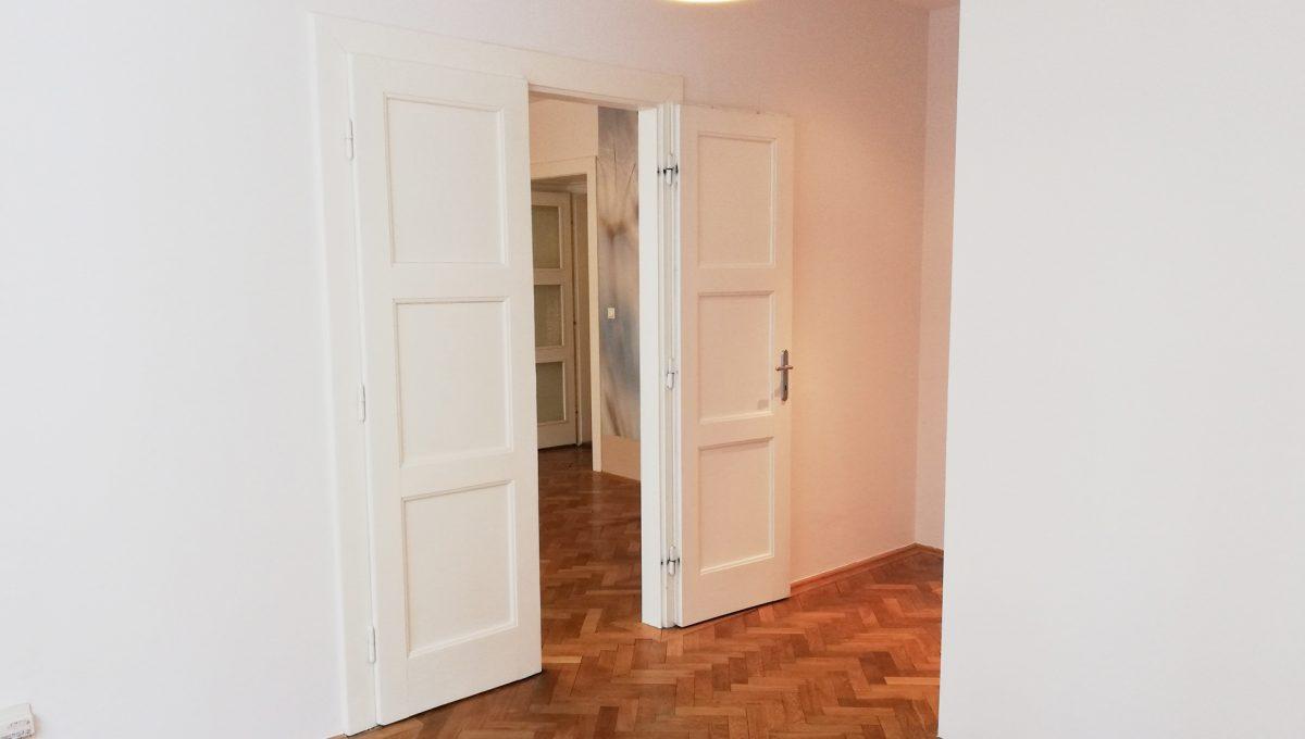 Bratislava-09-Povraznicka-3izbovy-byt-na-prenajom-ako-kancelaria-stare-mesto-pohlad-od-okna-do-priechodnej-izby-s-drevenymi-parketami
