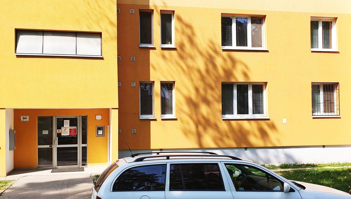 Bratislava 09 Ruzinov Jadrova 1 izbovy byt na prenajom pohlad z ulice na vstup do bytoveho domu