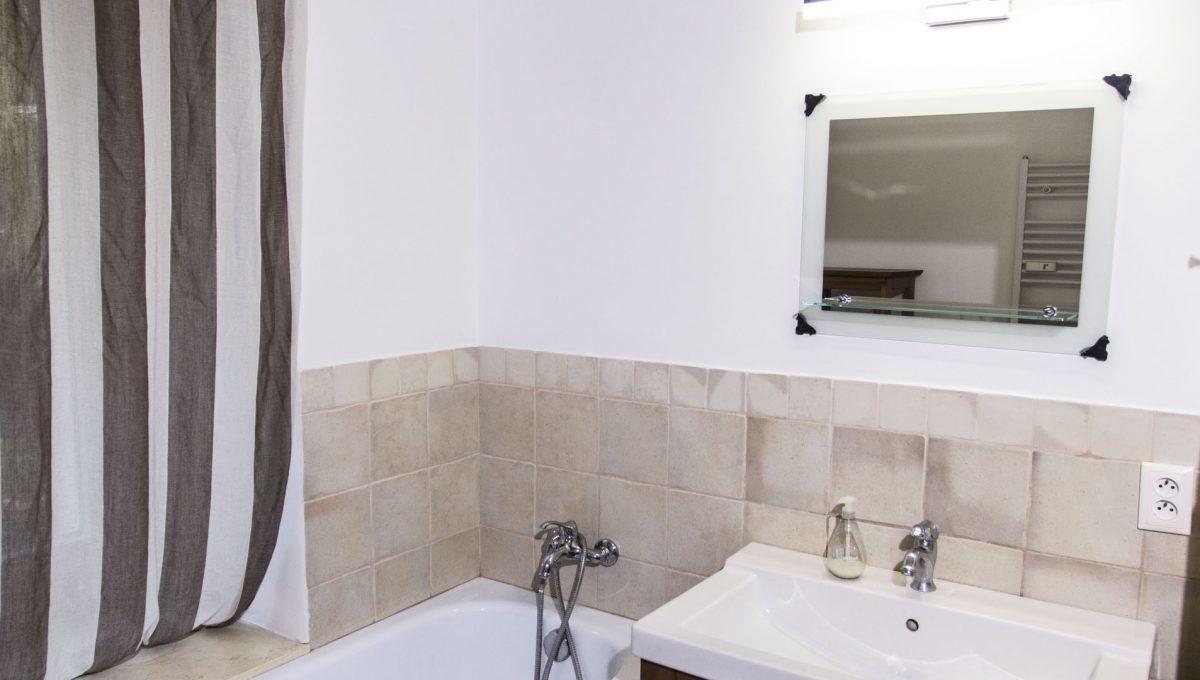 Bratislava 09 Stare Mesto velky 3 izbovy byt na prenajom pohlad na kupelnu s vanou umyvadlom zrkadlom sucastou je aj murovany sprchovy kut