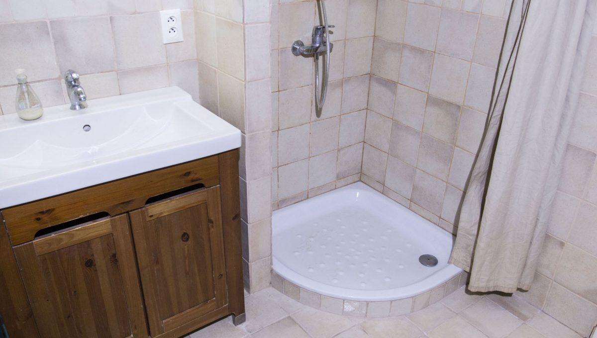 Bratislava 10 Stare Mesto velky 3 izbovy byt na prenajom pohlad na kupelnu so sprchovym kutom a umyvadlom sucastou je aj vana