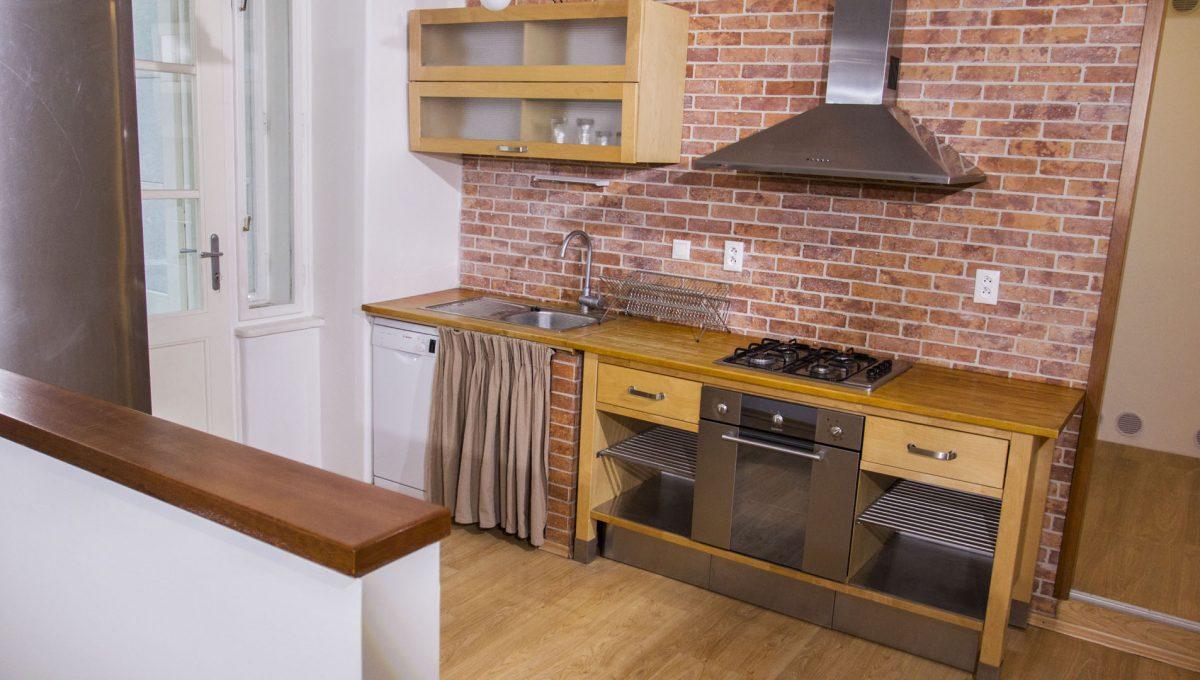 Bratislava 12 Stare Mesto pekny 4 izbovy byt na prenajom pohlad na kuchynsku linku v kuchyni s vystupom na lodziu