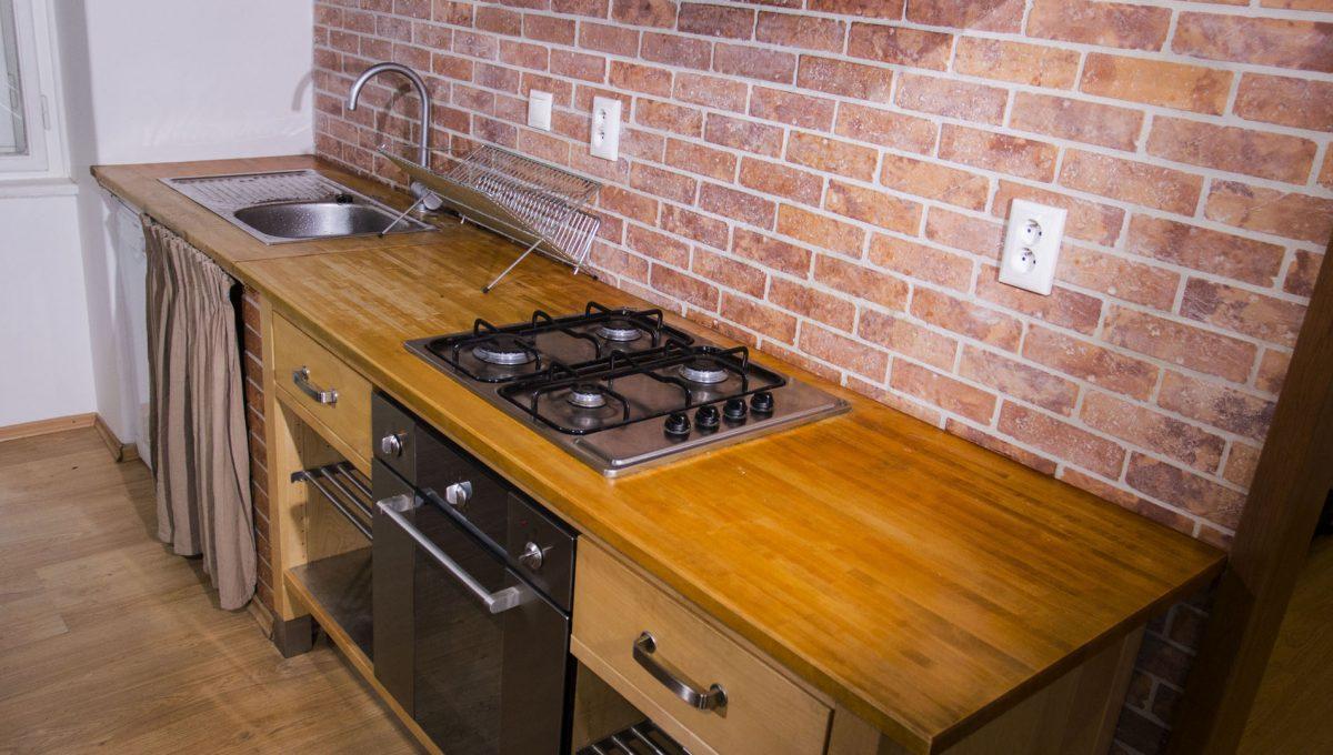 Bratislava 13 Stare Mesto pekny 4 izbovy byt na prenajom pohlad na kuchynsku linku