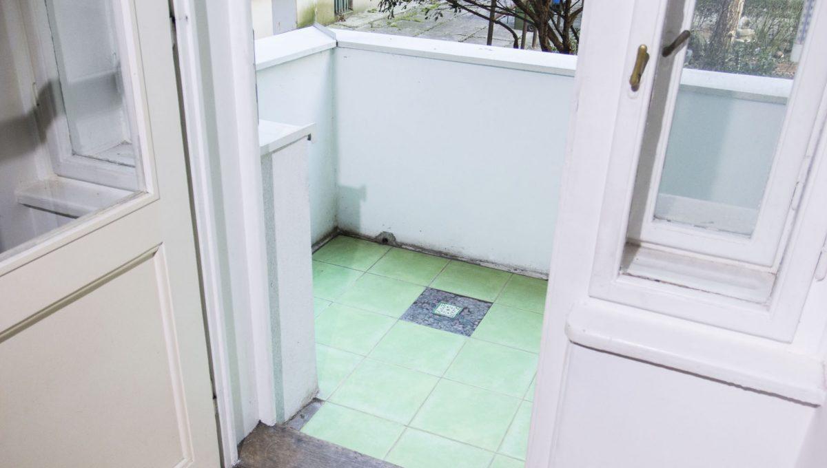 Bratislava 14 Stare Mesto pekny 4 izbovy byt na prenajom pohlad z kuchyne na lodziu