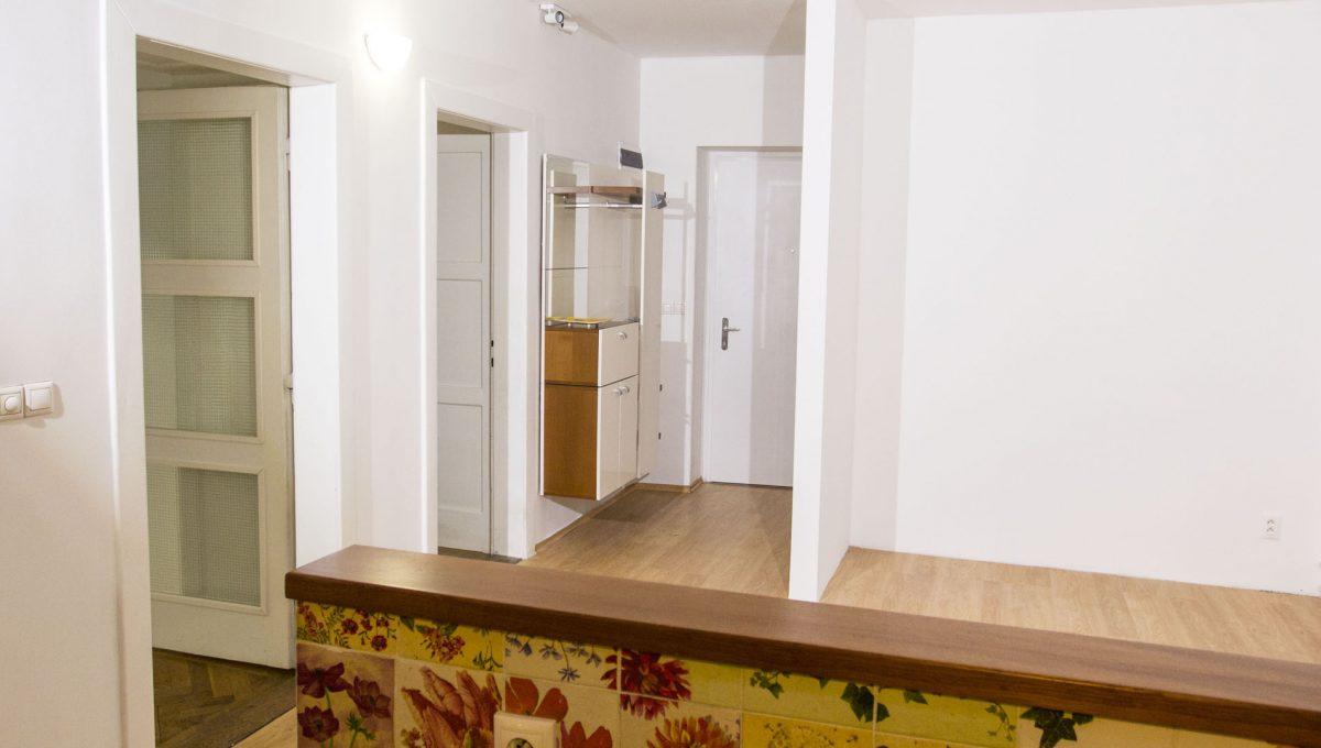 Bratislava 15 Stare Mesto pekny 4 izbovy byt na prenajom pohlad z kuchyne na priestrannu jedalen so vstupmi do izieb