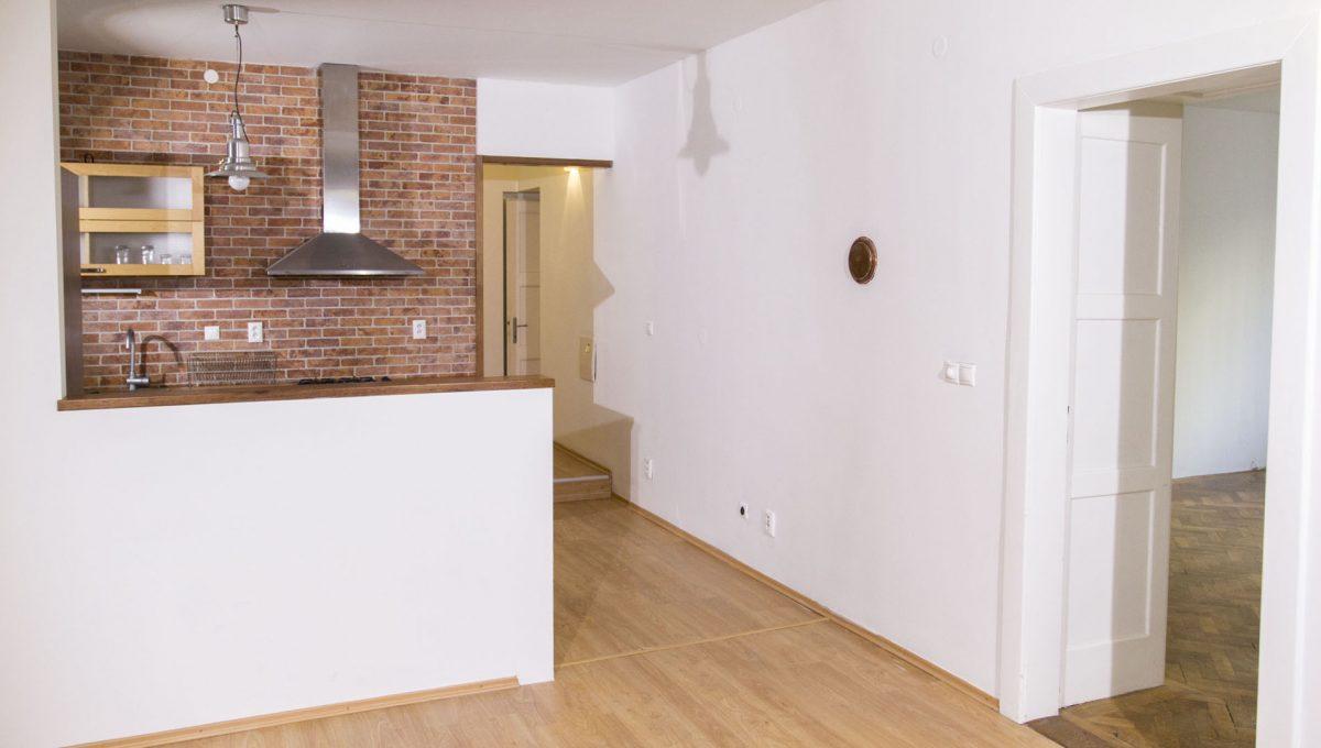 Bratislava 16 Stare Mesto velky 3 izbovy byt na prenajom pohlad z jedalne na kuchynu a vstup do izby