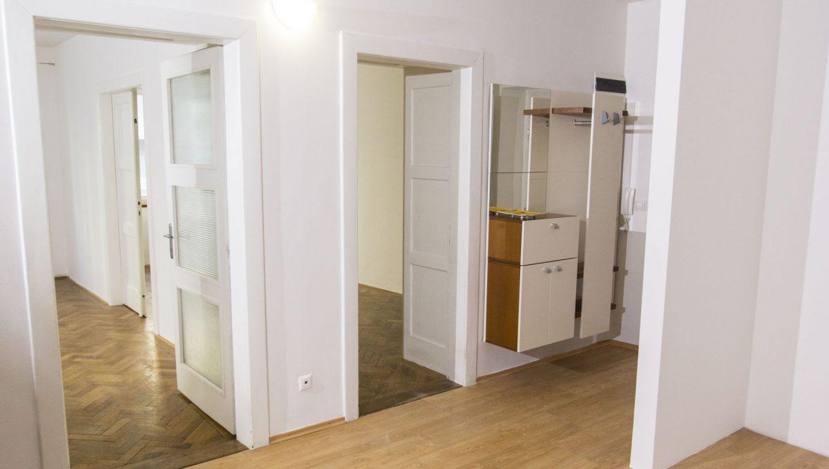 Bratislava 18 Stare Mesto velky 3 izbovy byt na prenajom pohlad z jedalne smerom na vstupy do dvoch izieb