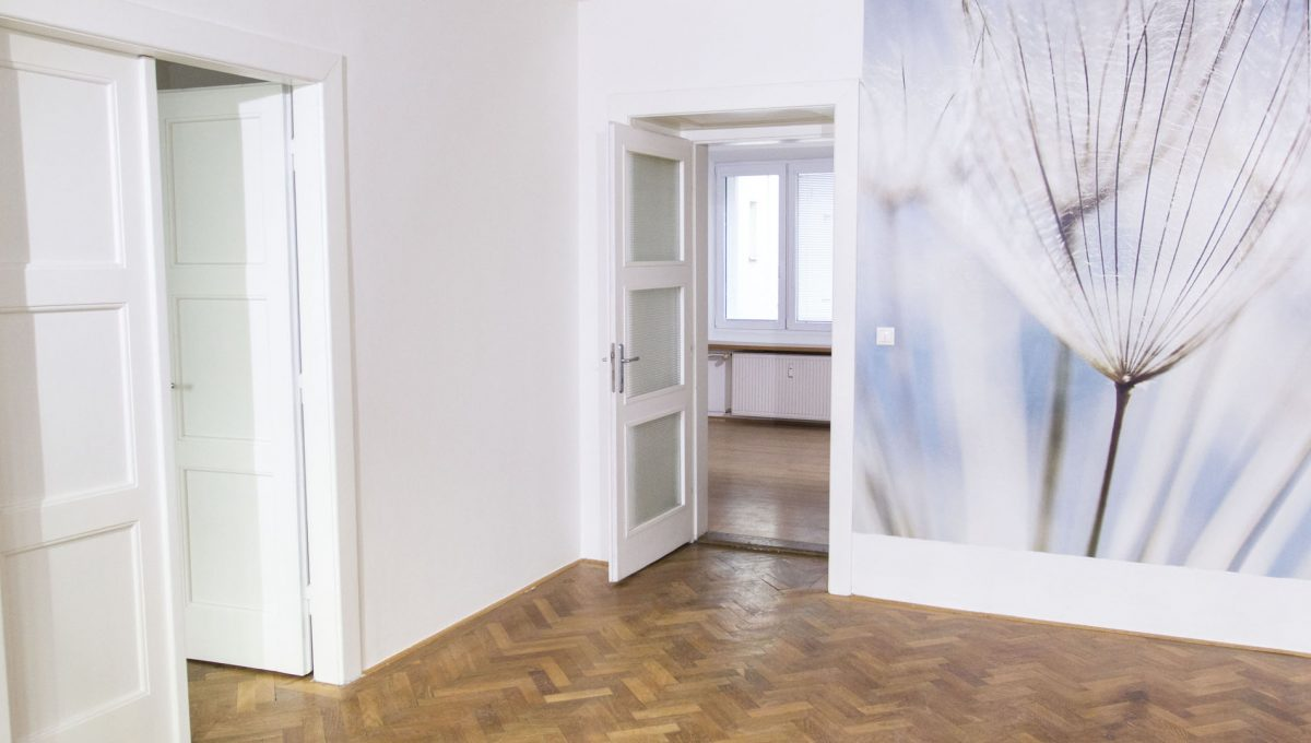 Bratislava 20 Stare Mesto velky 3 izbovy byt na prenajom pohlad na izbu so vstupom do priestrannej jedalne a do dalsej spalne