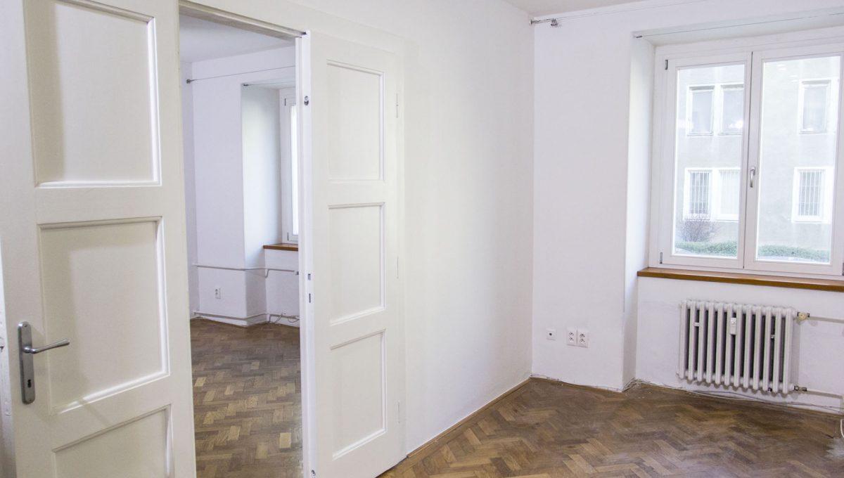 Bratislava 21 Stare Mesto pekny 4 izbovy byt na prenajom pohlad na izbu so vstupom do spalne so satnikom