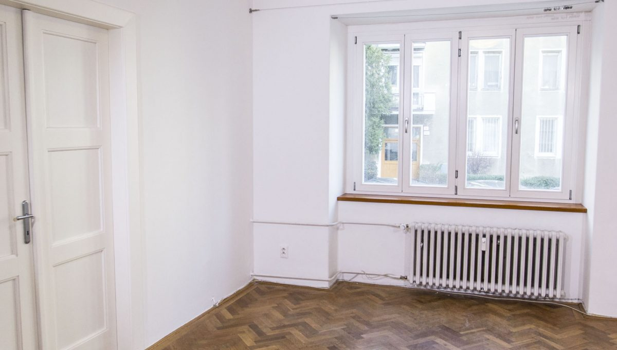 Bratislava 22 Stare Mesto pekny 4 izbovy byt na prenajom pohlad na okno v izbe a zatvoreny vstup do spalne