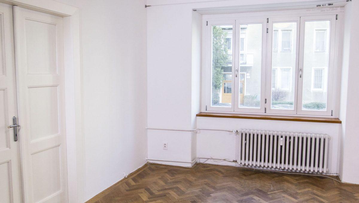 Bratislava 22 Stare Mesto velky 3 izbovy byt na prenajom pohlad na okno v izbe a zatvoreny vstup do spalne