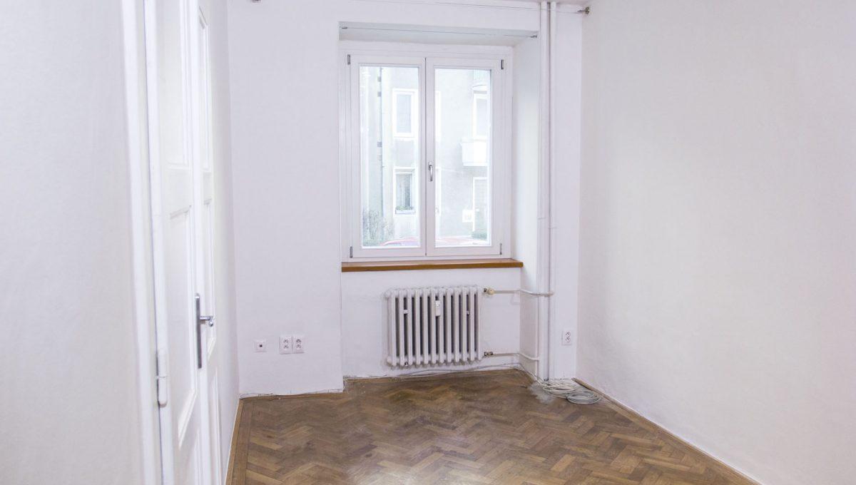 Bratislava 23 Stare Mesto pekny 4 izbovy byt na prenajom pohlad okno v izbe a vstup do dalsej spalne
