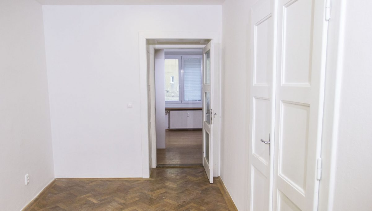 Bratislava 24 Stare Mesto pekny 4 izbovy byt na prenajom pohlad na vstup do jedalne