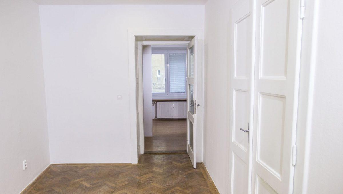 Bratislava 24 Stare Mesto velky 3 izbovy byt na prenajom pohlad na vstup do jedalne
