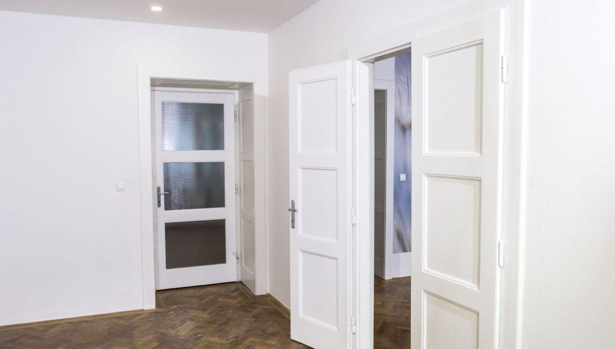 Bratislava 25 Stare Mesto velky 3 izbovy byt na prenajom pohlad od okna spalne na vstup do jedalne a dalsej izby