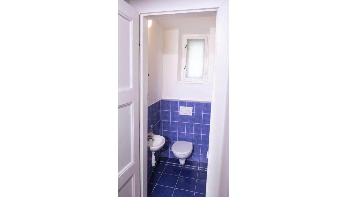 Bratislava 26 Stare Mesto pekny 4 izbovy byt na prenajom pohlad z chodby na samostatnu toaletu wc a umyvadlo
