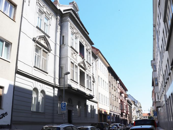 Bratislava-Heydukova-01-byt-v-centre-4-izbovy-pohlad-z-ulice-na-bytovy-dom