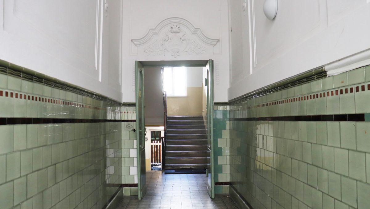 Bratislava Heydukova 03 byt v centre 4 izbovy pohlad na vstupnu chodbu bytoveho domu